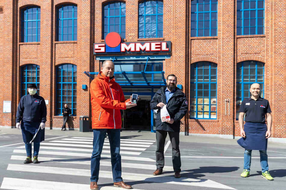 Beatrix Drechsel (58, l., Simmel-Markt), Norbert Richters (56, Erzgebirgssparkasse), Marco Thomschke (41, Johanniter) und Thomas Mittelstedt (42, Simmel-Markt) arbeiten zusammen.