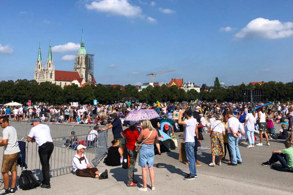 Zahlreiche Menschen haben sich zu einer Kundgebung gegen die staatlichen Corona-Maßnahmen auf der Theresienwiese eingefunden. In München war der Demonstration eine juristische Auseinandersetzung um Form und Größe der Veranstaltung vorausgegangen.