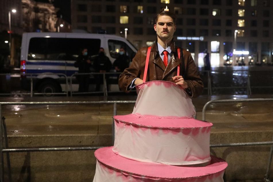 """Ein Mitglied des Satire-Trupps der """"Partei"""" kam als Geburtstagstorte zu den Protesten gegen Pegida."""