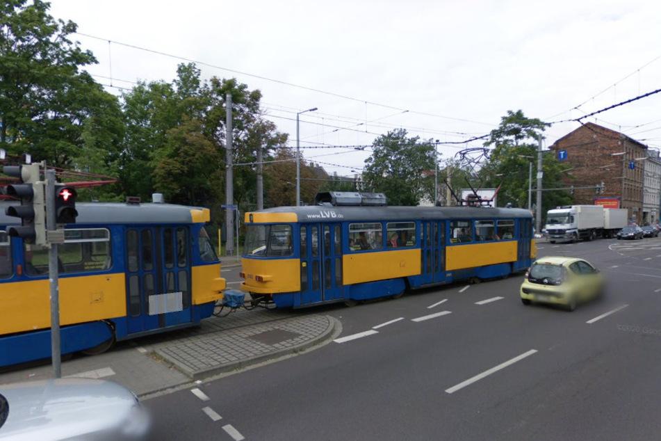 Fehler beim Abbiegen! Kreuzungs-Crash legt Leipziger Straßenbahn-Verkehr lahm