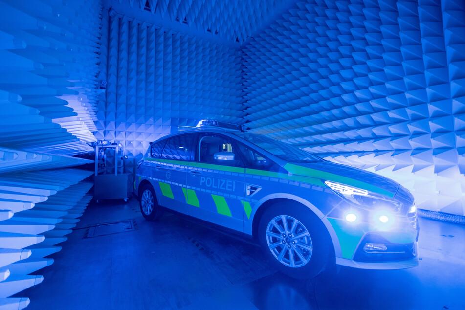 Ein Polizeiauto steht in einem Testlabor des NRW-Landesamts für Zentrale Polizeiliche Dienste (LZPD).