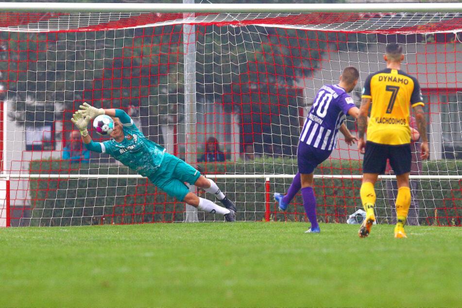 Seltenes Bild: Aues sonst so sicherer Elfmeterschütze Dimitrij Nazarov scheitert vom Punkt, Dynamo-Keeper Kevin Broll hat die Ecke geahnt.