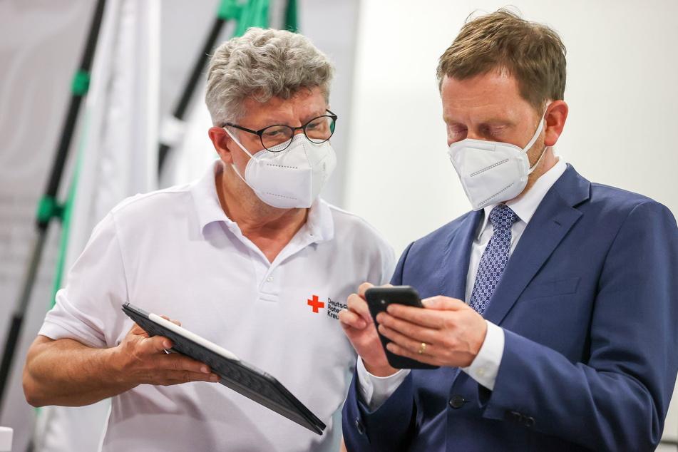 Raus aus der Krise - Impfung sei Dank: Sachsens Ministerpräsident Michael Kretschmer (47, CDU, r.) und DRK-Sachsen-Chef Rüdiger Unger (60).
