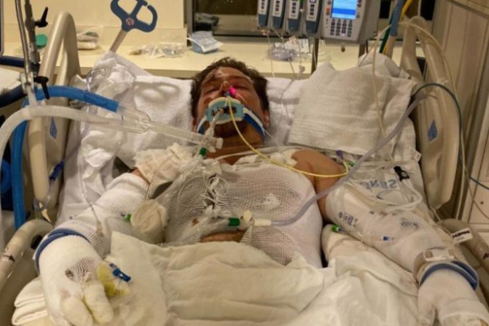 Cole im Krankenhaus. Eingegipst und schwer verletzt.