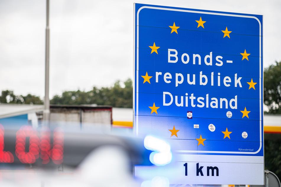 Bei einer Corona-Einreisekontrolle der Bundespolizei an der deutsch-niederländischen Grenze steht ein Polizeiwagen mit Blaulicht vor dem Grenzschild. Für Rückkehrer aus dem Sommerurlaub greifen ab Sonntag strengere Testpflichten zum Schutz vor einer Corona-Ausbreitung.