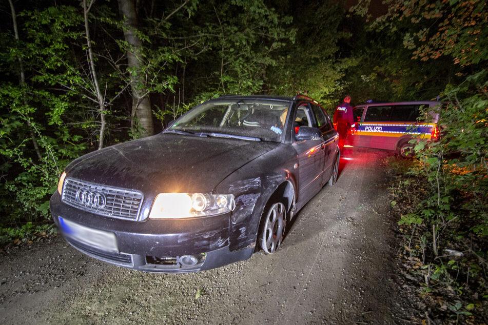Die Polizei fand diesen gestohlenen Audi in einem Waldgebiet. Der gesuchte Mann konnte jedoch flüchten.
