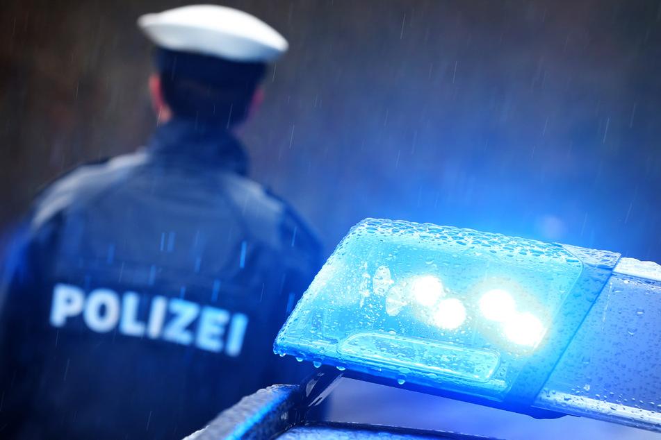 Ein Beamter wurde im Zuge des Ausrasters des Jugendlichen von dem geworfenen Messer am Schienbein getroffen. (Symbolbild)