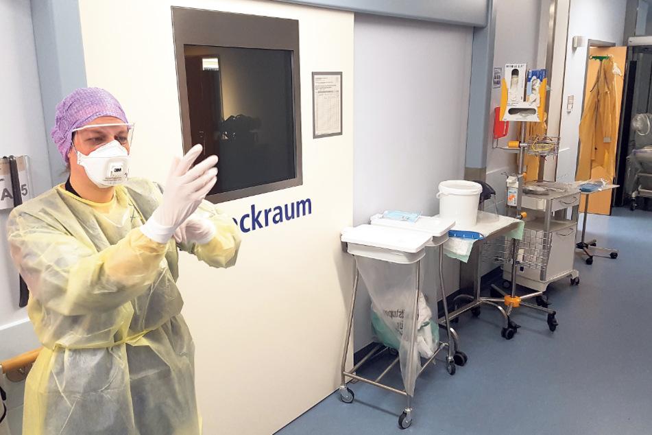 Verschärfte Sicherheitsbedingungen: Nur mit solcher Schutzausrüstung und der persönlichen FFP2-Maske darf Dr. Fantana die isolierten Krankenzimmer der Covid-19-Patienten betreten.