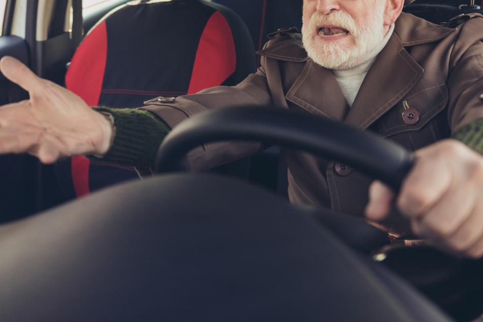 99 Jahre alter Autofahrer baut Unfall: Mädchen (11) erfasst und auf die Straße geschleudert