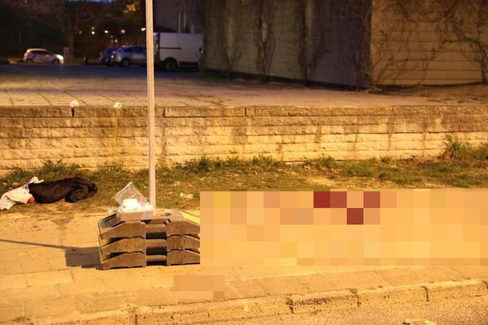 Blutige Messerattacke auf offener Straße: Täter auf der Flucht!