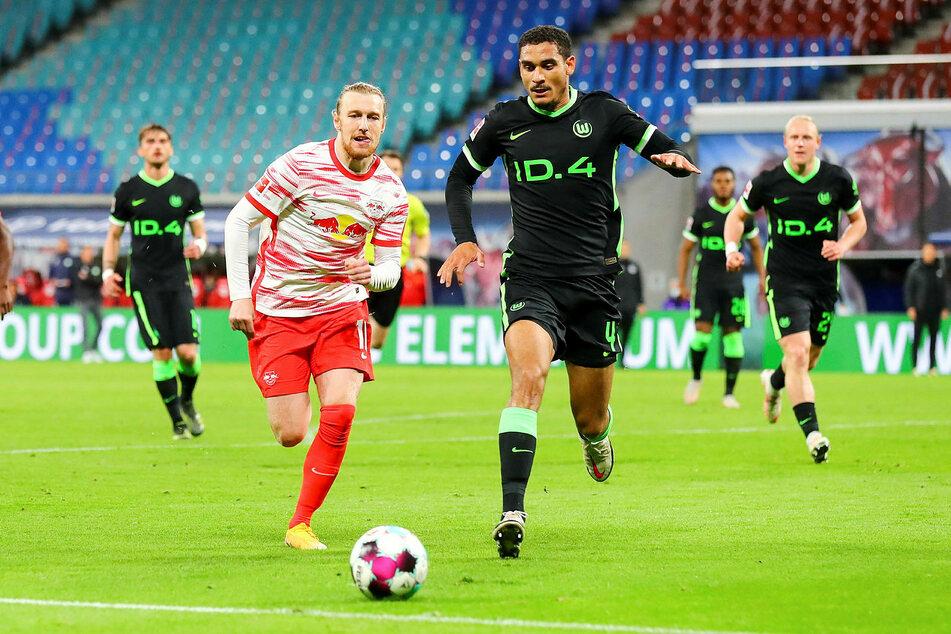VfL Wolfsburgs Senkrechtstarter Maxence Lacroix (21, r., hier gegen Emil Forsberg) hat in Niedersachsen offenbar um Freigabe gebeten.