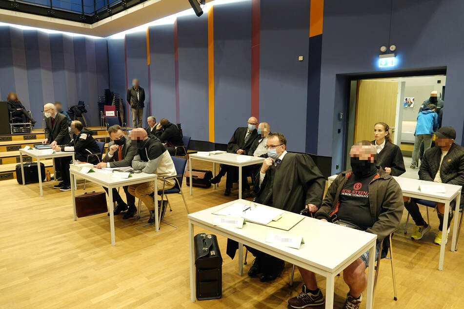 """Sechs mutmaßliche Mitläufer der rechtsextremen Terrorvereinigung """"Revolution Chemnitz"""" müssen sich nun vor dem Landgericht Chemnitz verantworten."""