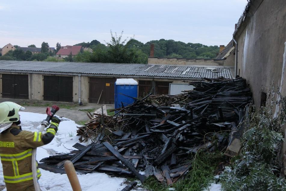 In Mutzschen stand am Sonntagmorgen ein Holzstapel in Flammen.