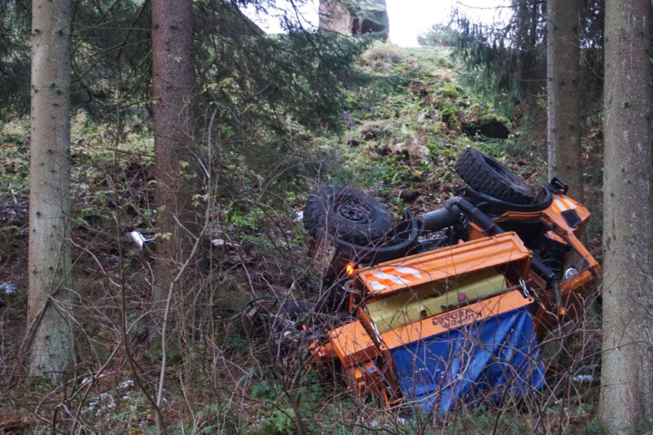 Streufahrzeug rutscht Hang hinab! Fahrer schwer verletzt