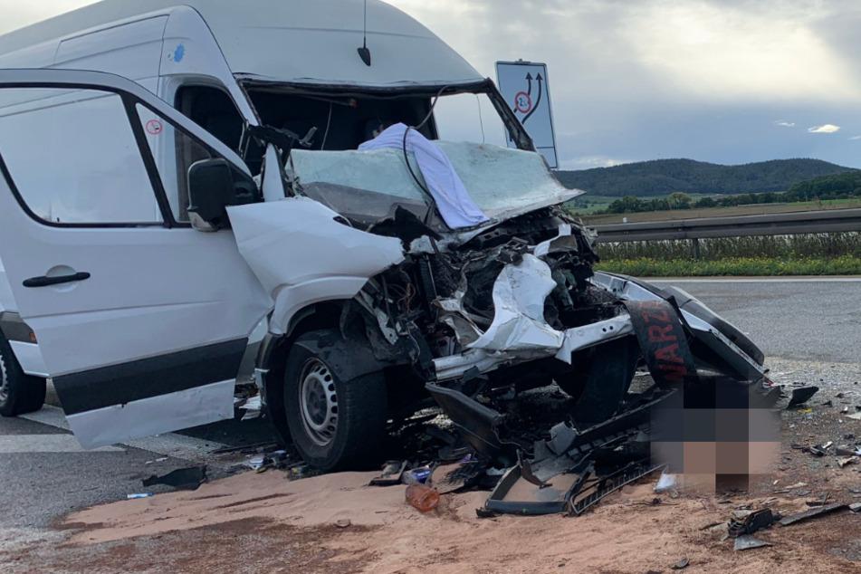Horror-Unfall auf A3: Sprinter-Fahrer übersieht Stauende, kracht ungebremst in einen Lastwagen