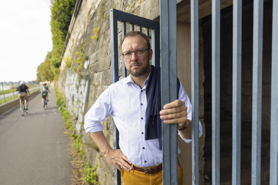 Stadtrat Holger Hase (45, FDP) will das Mausoleum schützen. Das Gitter hinauf zum Grab könnte verschlossen werden.