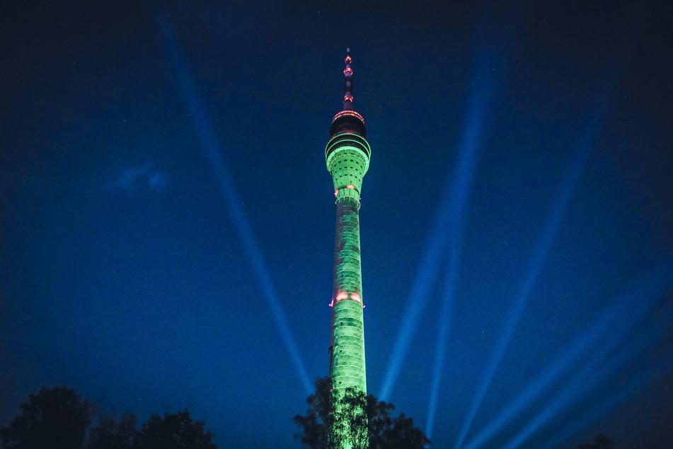 Nachts kann der Fernsehturm per Lightshow auch spektakulär erstrahlen, wie hier im Juli 2020.