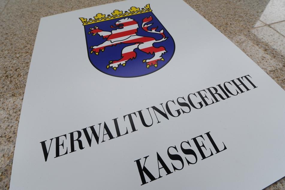 Blick auf das Türschild am Verwaltungsgericht in Kassel.