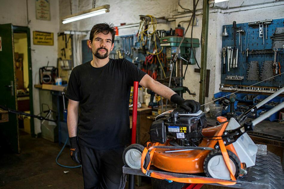 Martin Pfändler (29), Chef der Firma Gartentechnik Leipzig, sucht einen Mechatroniker-Lehrling.
