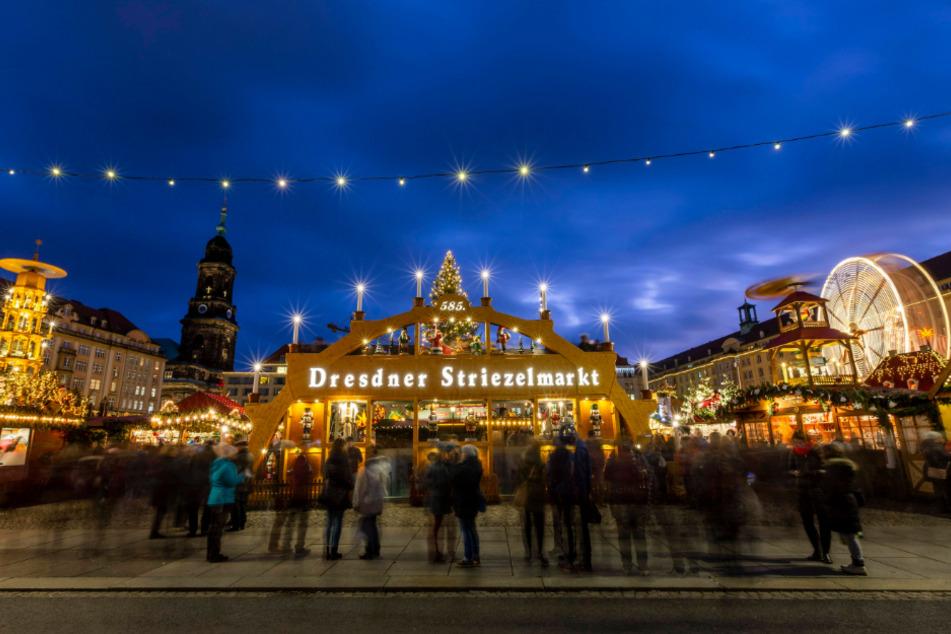 Alle Jahre wieder lassen sich Dresdner und Touristen vom weihnachtlichen Zauber des Striezelmarktes einfangen.