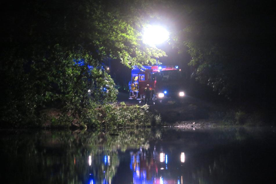 An der Talsperre Amselbach wird ein Mann vermisst. Die Feuerwehr suchte unter anderem mit einem Schlauchboot.