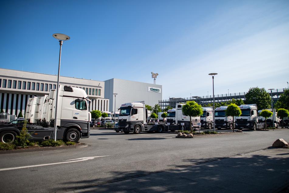 Leere Sattelschlepper stehen nach dem Corona-Ausbruch auf einem Parkplatz der Firma Tönnies.