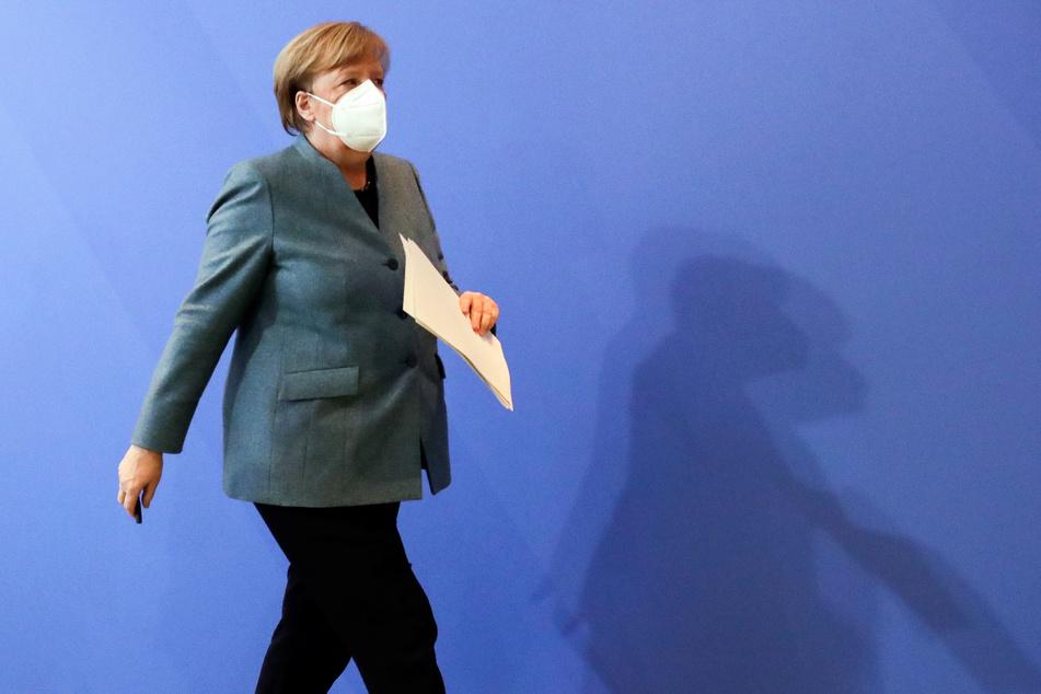 Bundeskanzlerin Angela Merkel (CDU) verlässt ihre Pressekonferenz.