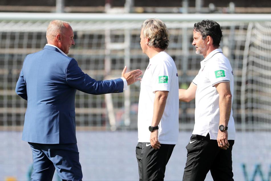 FCE-Boss Helge Leonhardt (l.) war diesmal zufrieden und klatschte mit Trainer Dirk Schuster ab.