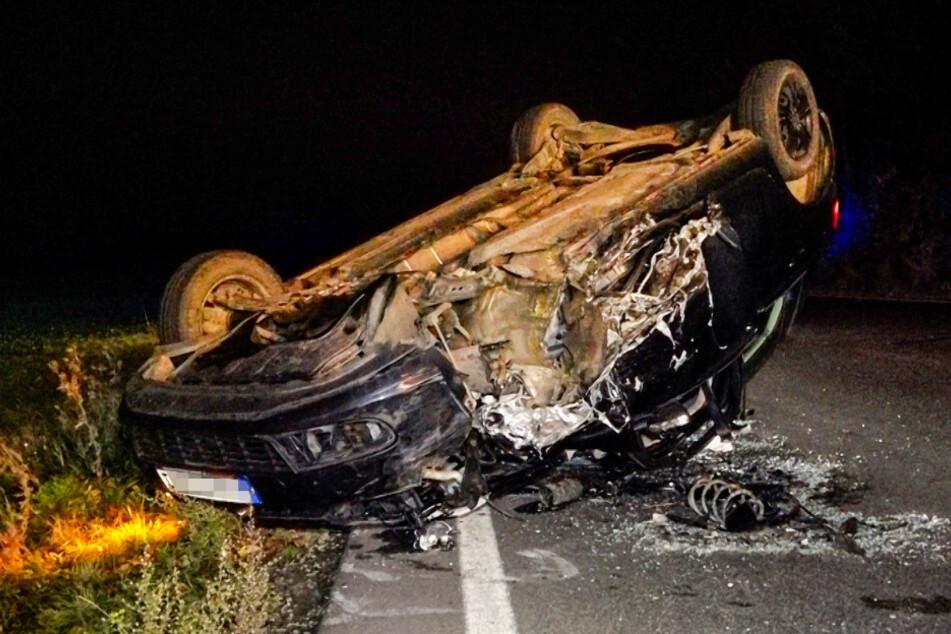 Der VW Golf blieb stark beschädigt auf dem Dach liegen.