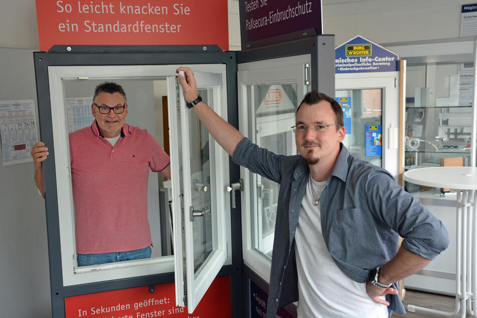 Kriminalhauptkommissar Udo Wilke (l.) und Kriminal-Berater Lars Hannappel beraten zum Thema Einbruchschutz.
