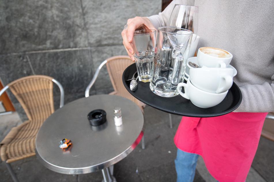 Stuttgart: Kellnern gehört zu den Klassikern der Studentenjobs. Doch wegen der Corona-Einschränkungen fiel diese Verdienstmöglichkeit häufig weg.