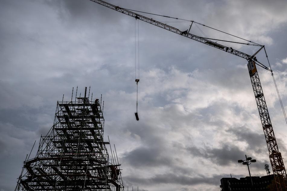 Arbeiter sind mit dem Aufbau des Trägergerüstes für den, nach Angaben der Veranstalter, weltgrößten Weihnachtsbaum beschäftigt.