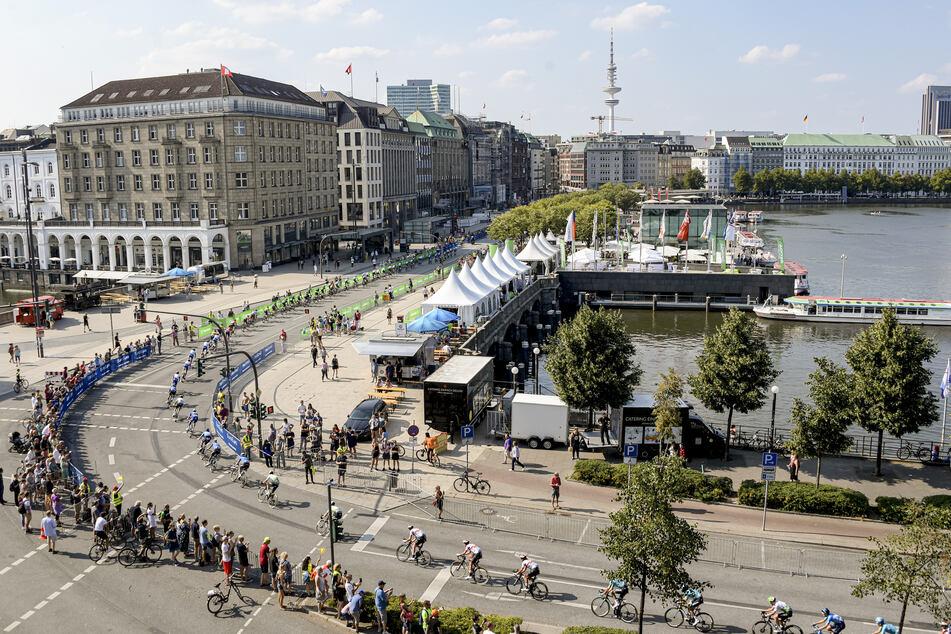 Das Hauptfeld beim Cyclassics-Rennen, passiert den Jungfernstieg an der Hamburger Binnenalster.