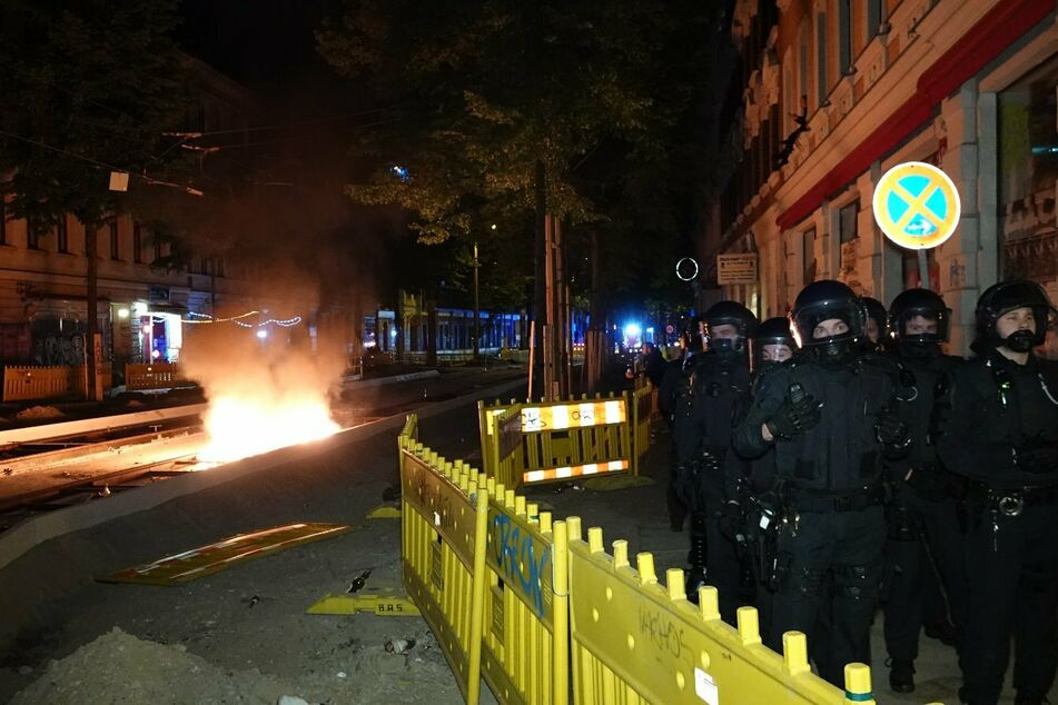 Polizisten in schwerer Montur sicherten die Löscharbeiten in Connewitz.