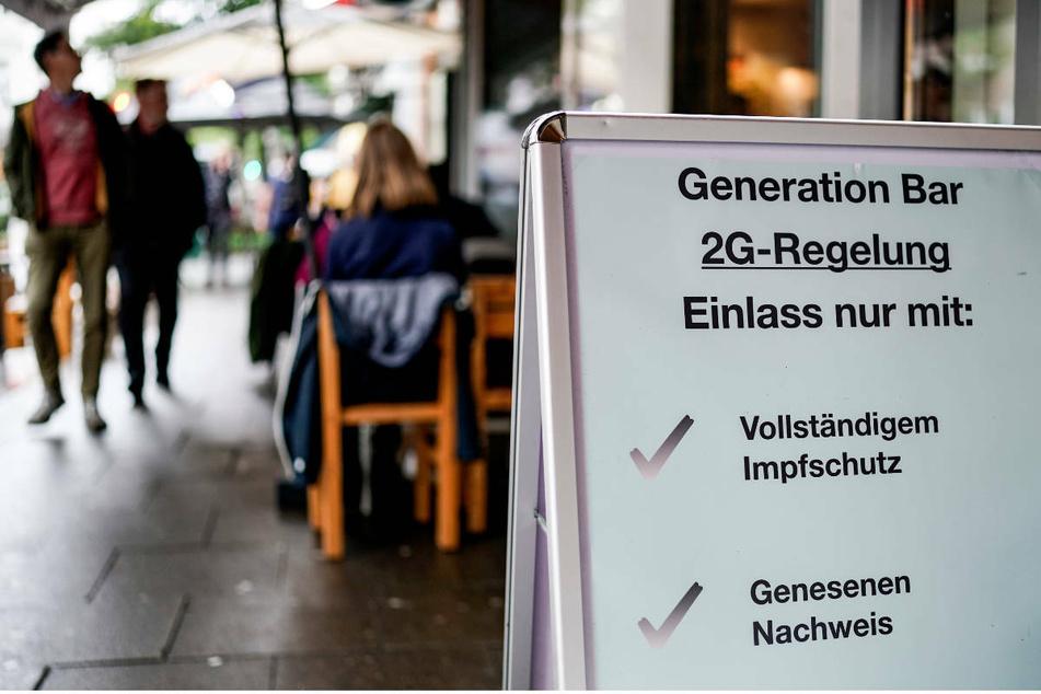 Bei der zweiten Eskalationsstufe wird auch die sogenannte 2G-Regel umgesetzt, bei der nur noch geimpfte und genesene Menschen Zugang erhalten.