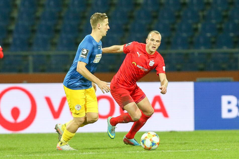 Um gegen Braunschweig etwas zu holen, muss Julius Reinhardt (r.) mit seinen FSV-Kollegen vor allem Braunschweigs Topstürmer Martin Kobylanski stoppen.