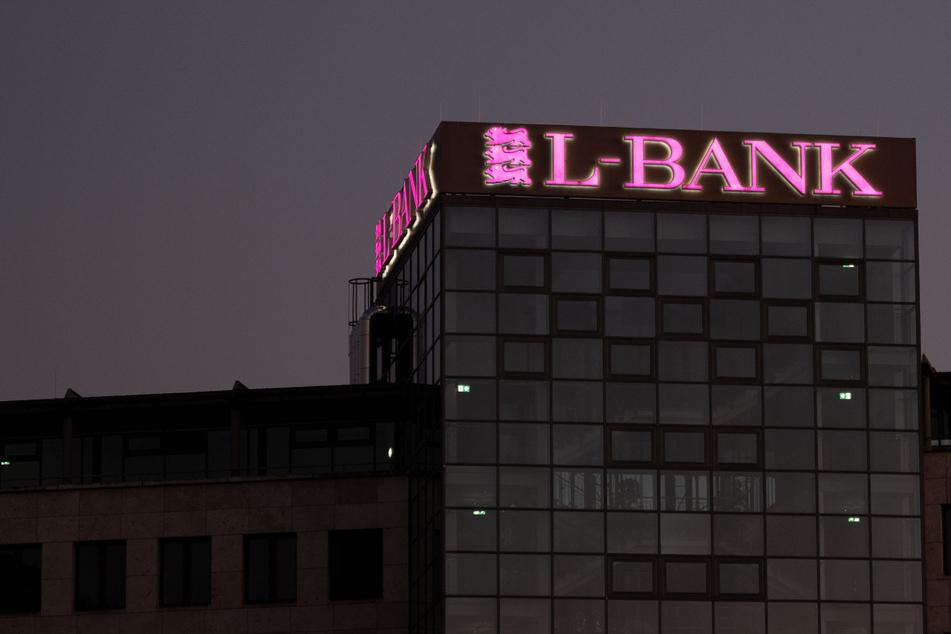 Stuttgart: Das Logo der Staatsbank von Baden-Württemberg L-Bank ist auf einem Gebäude in der Innenstadt zu sehen.