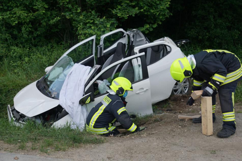 Kleinwagen fliegt von Fahrbahn: Zwei Menschen schwer verletzt