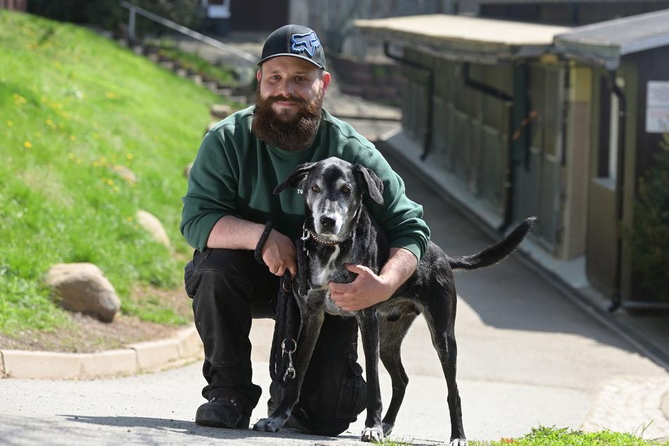 Tierpfleger Chris Wolfrum (33) mit Einbrecher-Schreck Rocky (11). Am Donnerstag war der Mischling kurzzeitig wieder verschwunden.