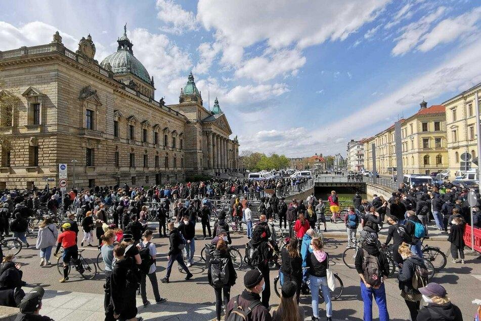 Der Simsonplatz füllt sich mit immer mehr Gegendemonstranten.
