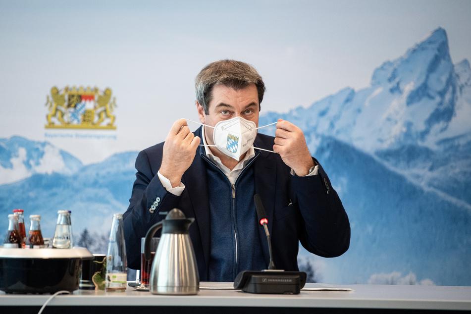 Markus Söder (54, CSU), Parteivorsitzender und Ministerpräsident von Bayern, nimmt während eines Homeoffice-Gipfels der bayerischen Staatsregierung in der bayerischen Staatskanzlei seine FFP2-Maske ab.