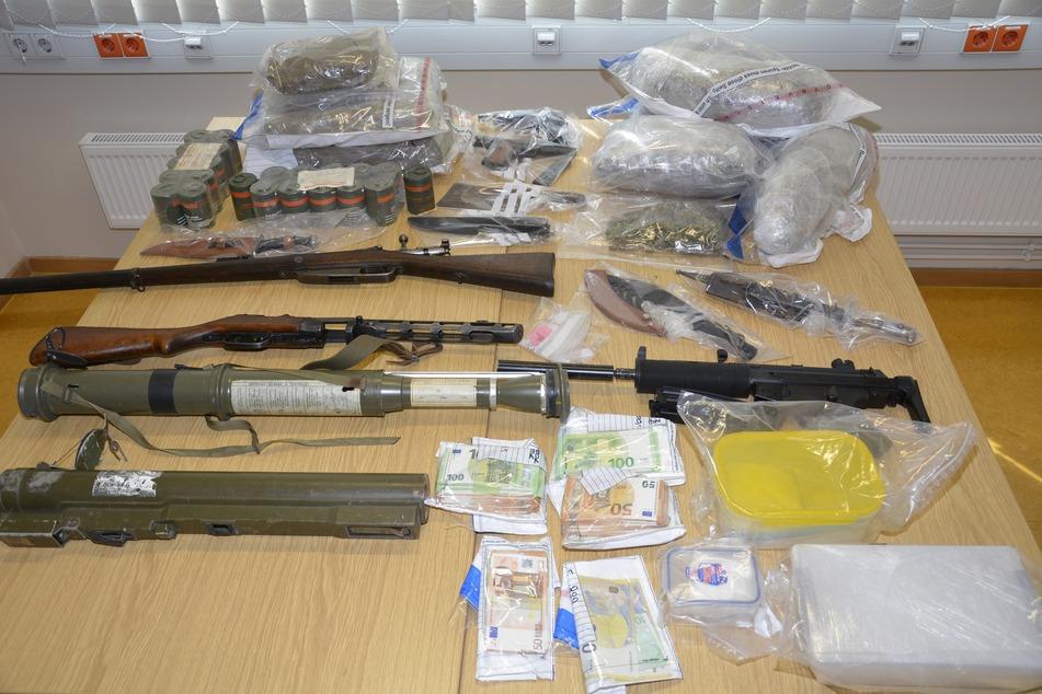 Bei den Durchsuchungen fand die Polizei Waffen, Drogen und Bargeld.