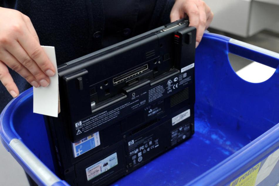 Dieses Bild könnte bald der Vergangenheit angehören: Bei einer Sicherheitskontrolle wird ein Laptop gecheckt.