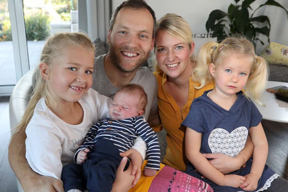 Nico Ihle und seine Frau Anni mit ihren Kindern Emma, Levi und Maxi.