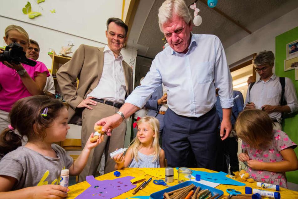 Besuch in der Kita: Ministerpräsident Bouffier während seiner Sommertour im Austausch mit Kindern.