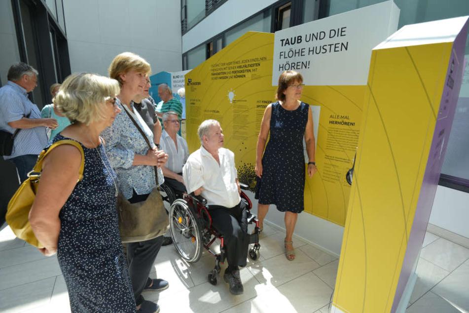"""Die Ausstellung """"Behindern verhindern"""" ist derzeit neben dem Bürgersaal des Rathauses zu besichtigen."""