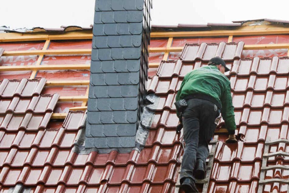 Während der eine Mann noch mit der Dame verhandelte, legte der andere unaufgefordert mit seinen Arbeiten am Dach los. (Symbolbild)