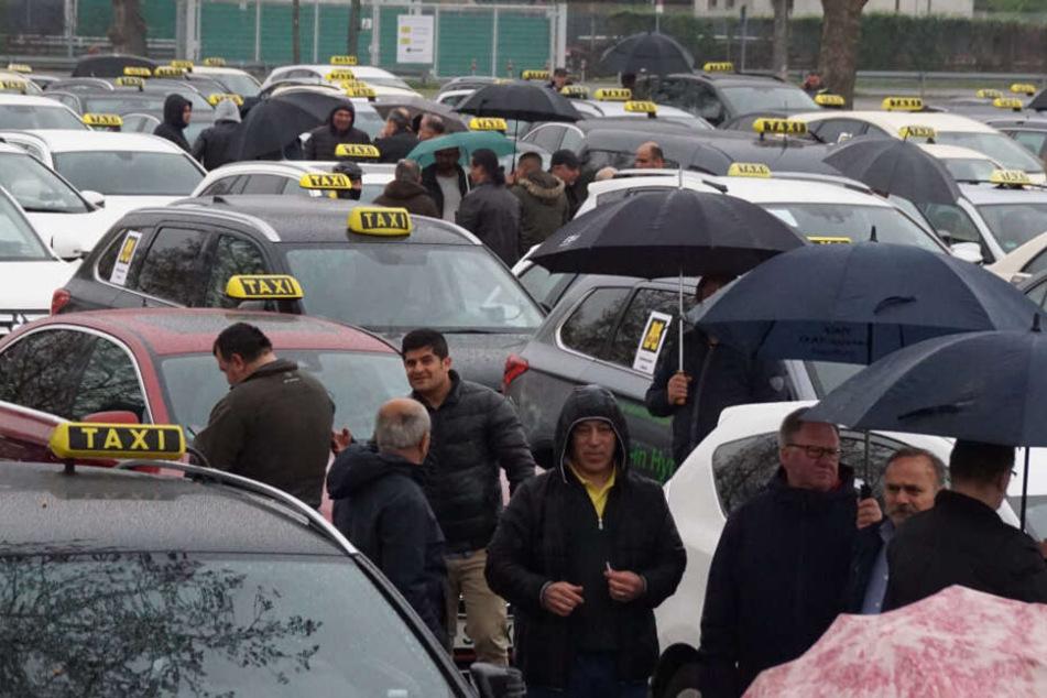 Die demonstrierenden Taxifahrer.
