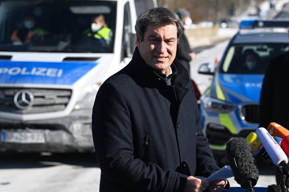 Der bayerische Ministerpräsident Markus Söder (CSU) steht am deutsch-tschechischen Grenzübergang Schirnding.