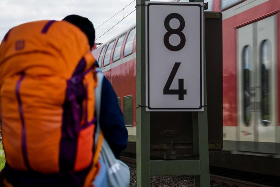 Der Bahnfahrer drohte mit einer Bombe, die er im Rucksack haben wollte. (Bildmontage)